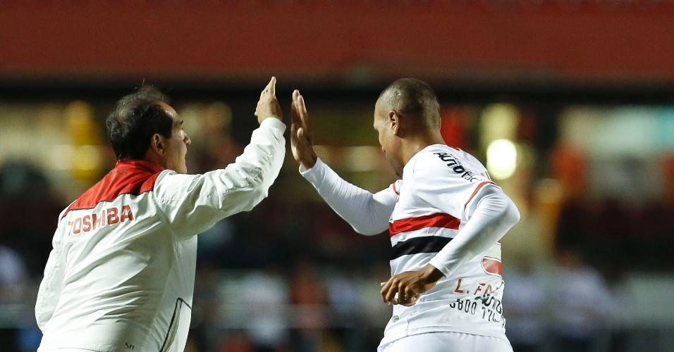 31.mai.2014 - Luís Fabiano comemora com Muricy Ramalho o primeiro gol do São Paulo sobre o Atlético-MG no Morumbi