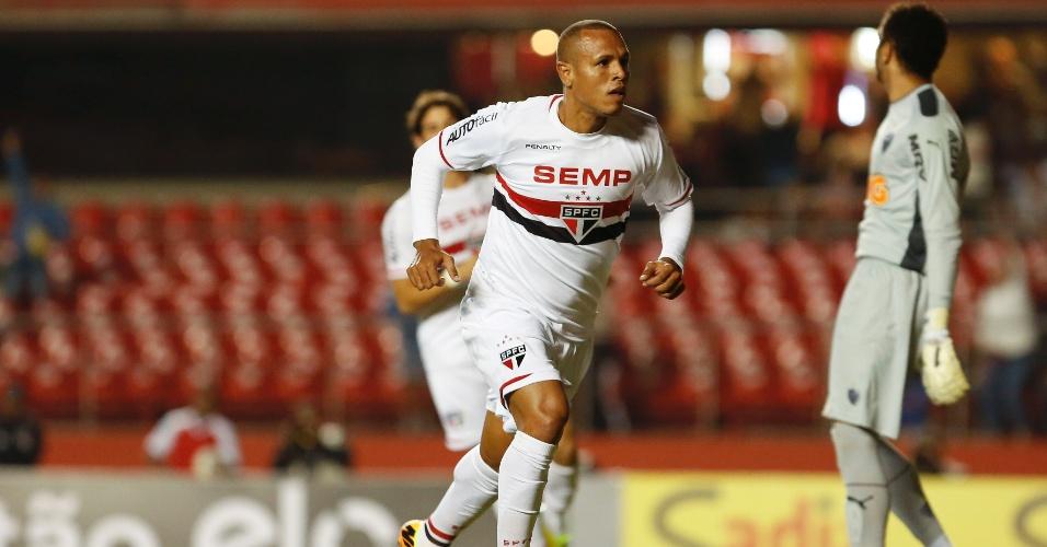 31.mai.2014 - Luís Fabiano comemora o primeiro gol do São Paulo sobre o Atlético-MG no Morumbi