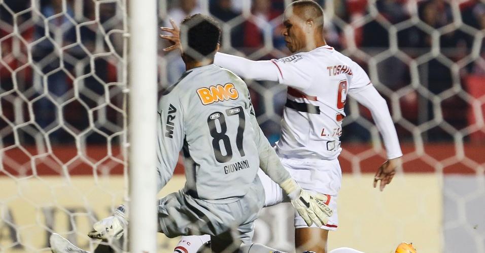 31.mai.2014 - Luís Fabiano disputa lance com o goleiro Giovanni, do Atlético-MG, no Morumbi