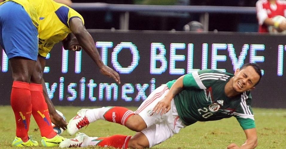 31.mai.2014 - Luis Montes (d), do México, sofre lesão ao colidir com Castillo, do Equador; Castillo é dúvida, Montes está fora da Copa