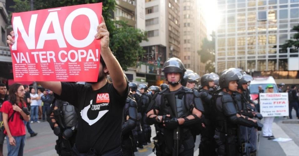 31.mai.2014 - Manifestante leva cartaz contra a Copa em protesto realizado em São Paulo