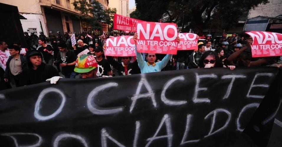 31.mai.2014 - Manifestante leva cartaz contra Ronaldo em protesto realizado em São Paulo