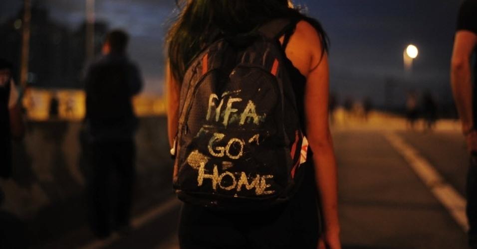 31.mai.2014 - Manifestante manda recado para a Fifa durante protesto contra a Copa do Mundo, em São Paulo