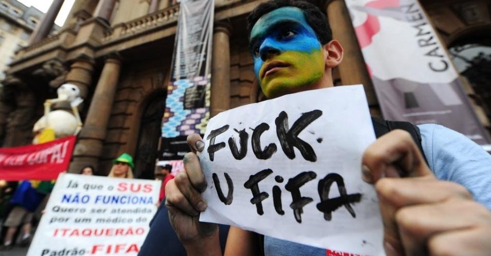 31.mai.2014 - Torcedor protesta contra a Fifa durante manifestação em São Paulo