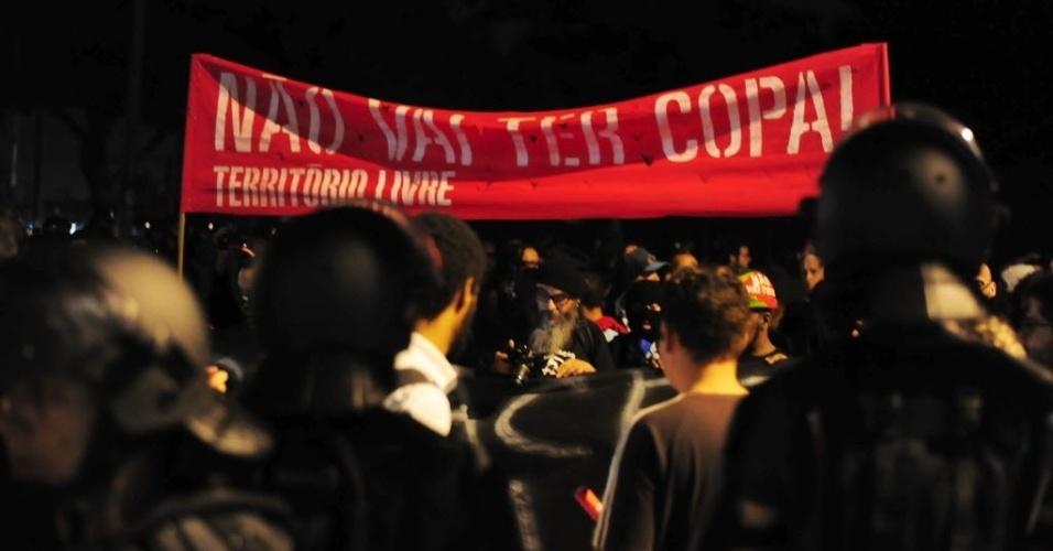 31.mai.2014 - Manifestantes fazem protesto em São Paulo contra a realização da Copa do Mundo