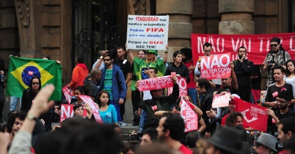 31.mai.2014 - Manifestantes fazem protesto no centro de São Paulo contra a realização da Copa do Mundo