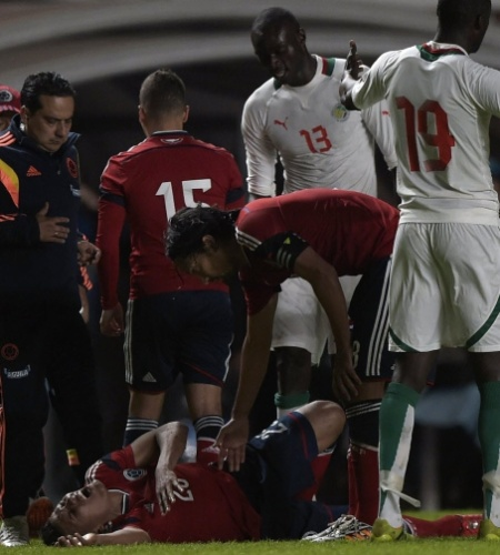 31.mai.2014 - Mejía, da Colômbia, cai no chão com dores após falta grave de Seck, do Senegal