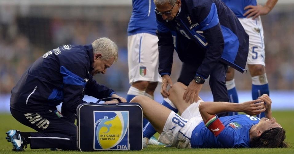 31.mai.2014 - Montolivo é atentido em campo por médicos da Itália; o meia tem suspeita de fratura na tíbia