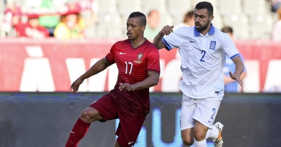31.mai.2014 - Nani avança com a bola contra a marcação do grego Maniatis