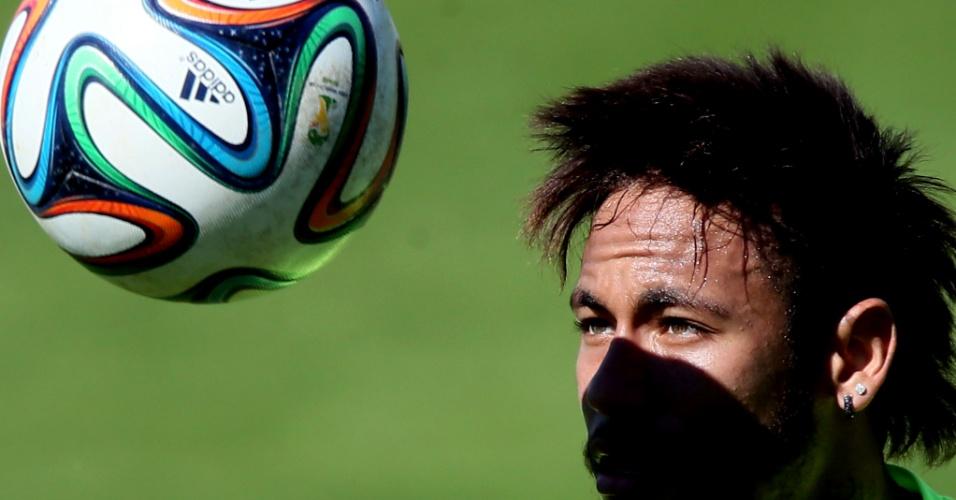 31.mai.2014 - Neymar se concentra na bola em treino neste sábado