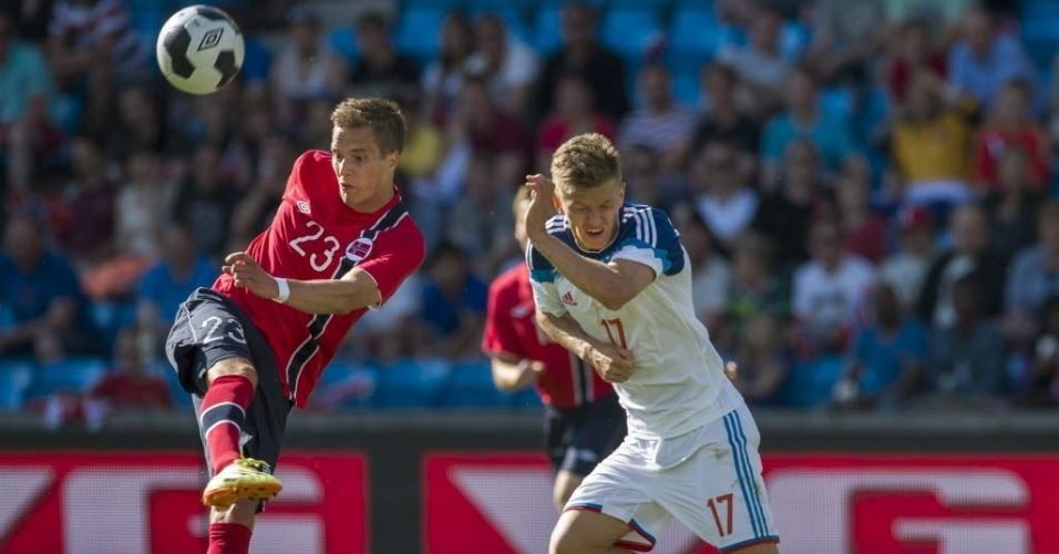 31.mai.2014 - Norueguês Anders Konradsen e o russo Oleg Shatov disputam bola durante amistoso que terminou empatado em 1 a 1
