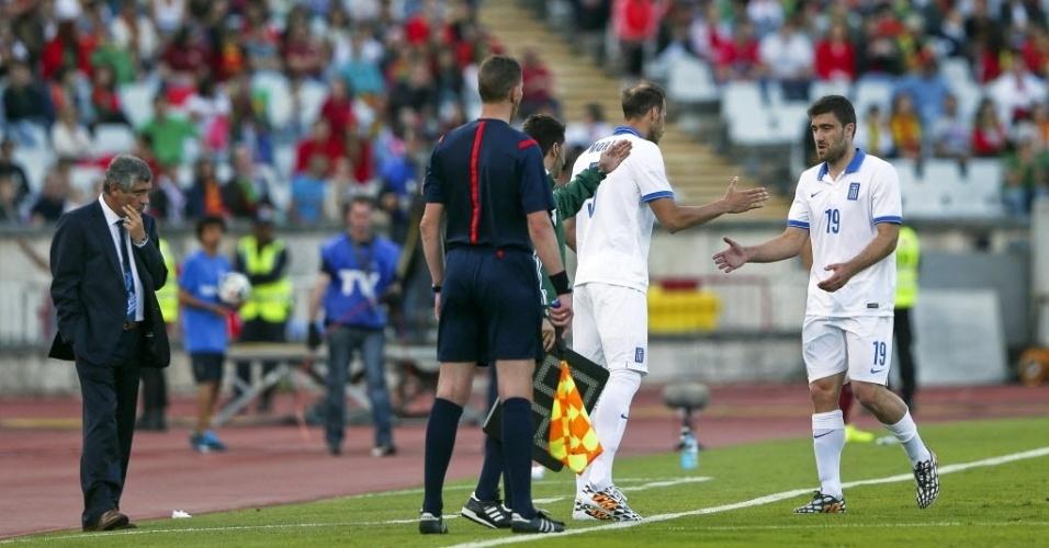 31.mai.2014 - Papastathopoulos deixa o gramado após sentir lesão muscular no amistoso entre Grécia e Portugal