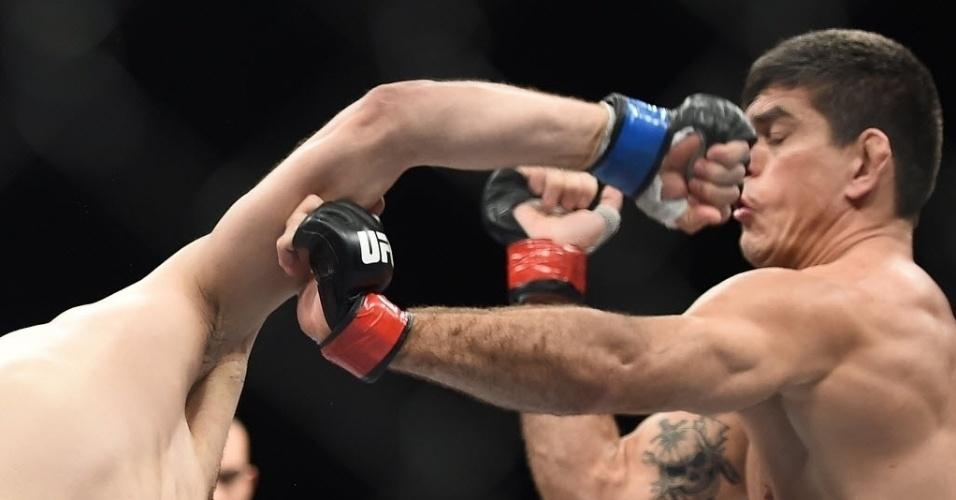 31.mai.2014 - Paulo Thiago Caveira escapa de golpe de Gasan Umalatov, que venceu o combate por pontos