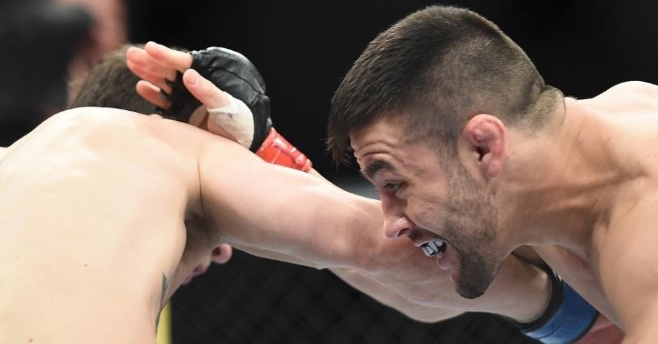 31.mai.2014 - Pedro Munhoz e Matt Hobar fizeram a primeira luta da noite