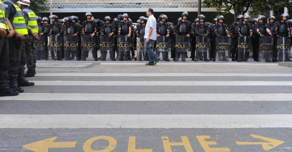 31.mai.2014 - Policiais observam movimentação durante protesto contra a Copa em São Paulo