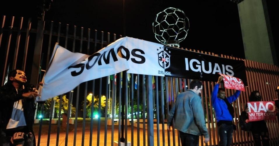 31.mai.2014 - Protesto contra a realização da Copa do Mundo é realizado perto da sede da Federação Paulista de Futebol
