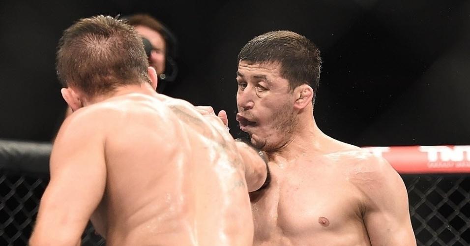 31.mai.2014 - Rodrigo Damm castiga Rashid Magomedov, mas o russo venceu o combate por pontos