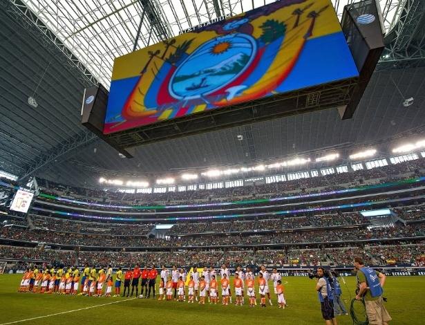 31.mai.2014 - Seleções de México e Equador perfiladas para hinos nacionais em Dallas, nos EUA