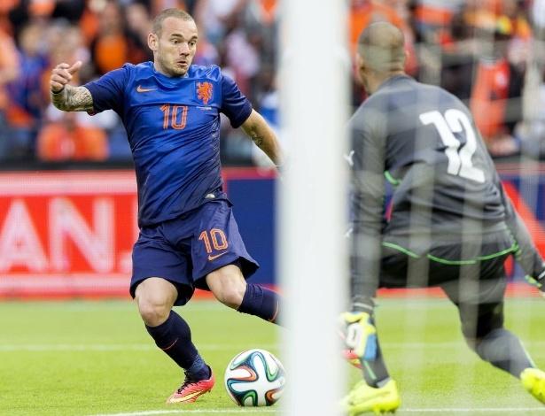 31.mai.2014 - Sneijder toca para Van Persie, que abriria no lance o placar para a Holanda sobre Gana