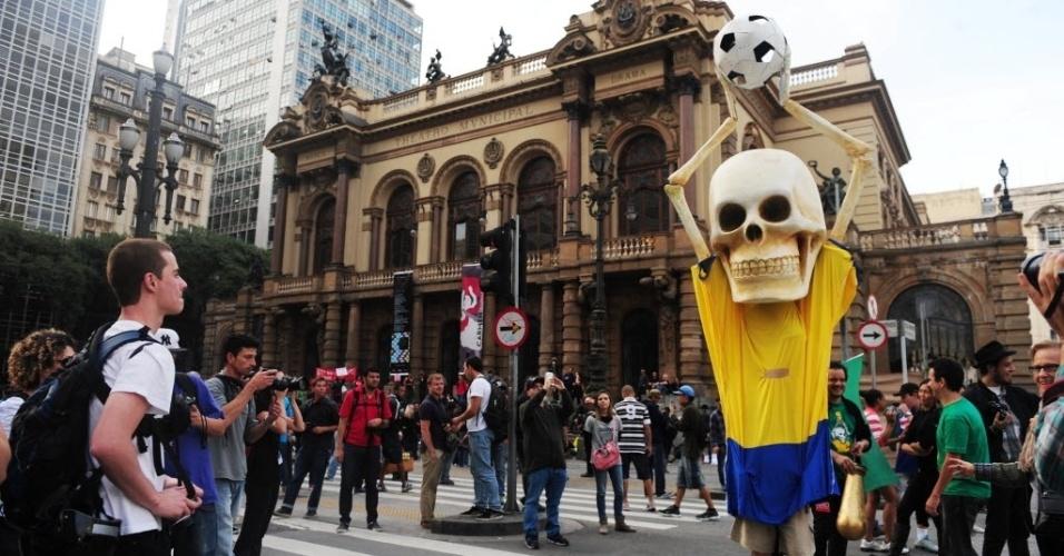 31.mai.2014 - Torcedor fantasiado de caveira participa de protesto contra a Copa do Mundo em São Paulo