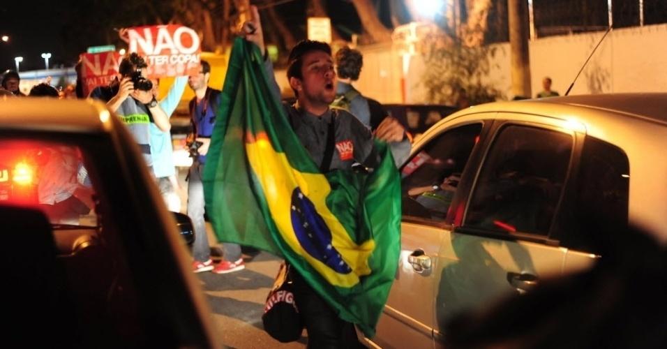 31.mai.2014 - Torcedor protesta nas ruas do centro de São Paulo contra a realização da Copa do Mundo no Brasil