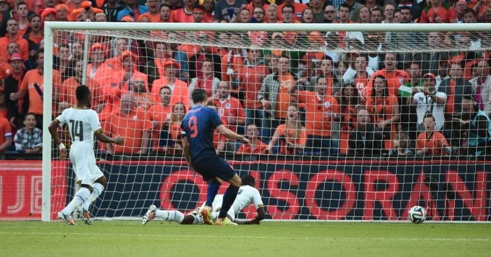 31.mai.2014 - Van Persie arola a bola para o gol, o 1° da holanda sobre Gana