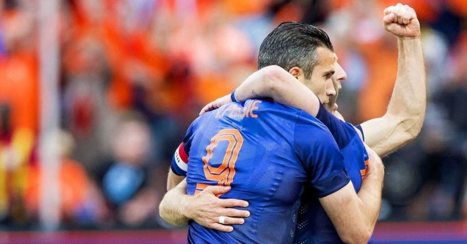 31.mai.2014 - Van Persie, de costas, é abraçado por Sneijder, de quem recebeu a bola para abrir o placar para a Holanda sobre Gana
