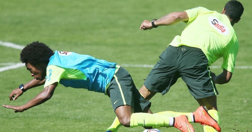 31.mai.2014 - Willian cai no gramado após dividida com Hulk
