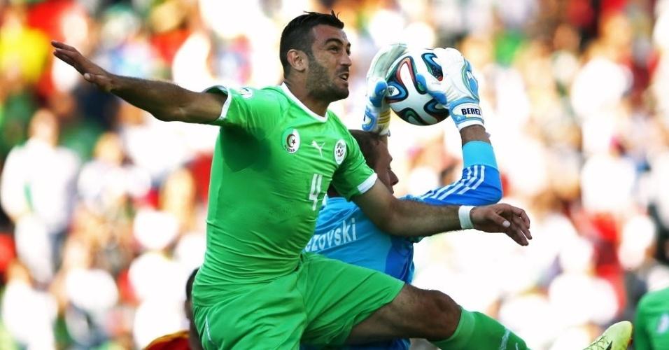 31.mai.2014 - Zagueiro Essaid Belkalem, autor do primeiro gol da vitória da Argélia, disputa bola com goleiro da Armênia