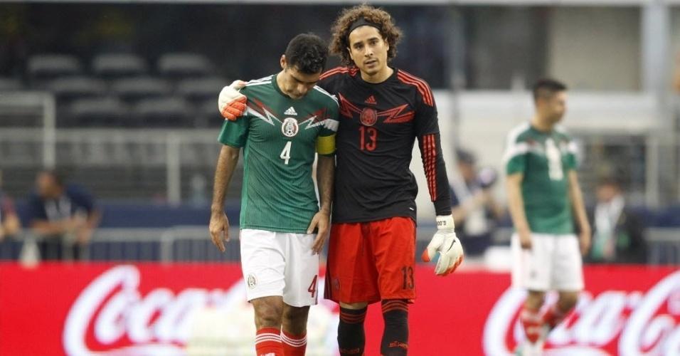 31.mai.2014 - Zagueiro mexicano Rafael Márquez é consolado pelo goleiro Guillermo Ochoa após lesão de Luis Montes
