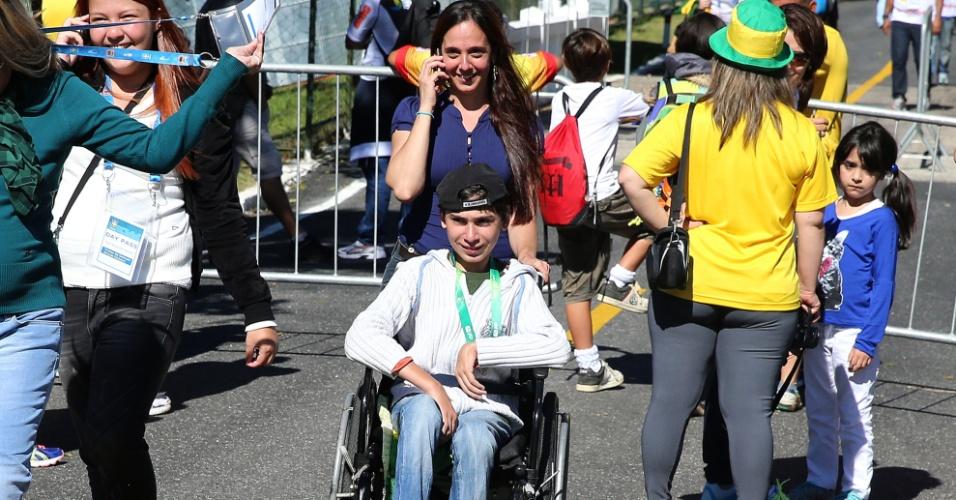 Acompanhado da mãe, jovem Lucas Leite circula pela Granja Comary após acompanhar o treino da seleção brasileira