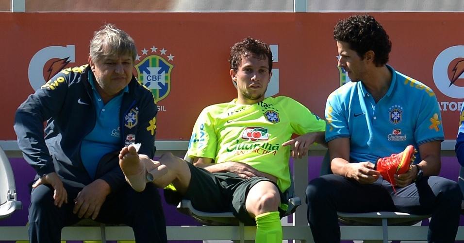 Bernard machucou o tornozelo direito e saiu do treino mais cedo
