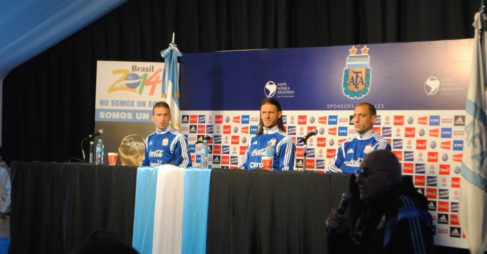 Demichelis (centro), Zabaleta (direita) e Campagnaro dão coletiva de imprensa no centro de treinamento da Argentina