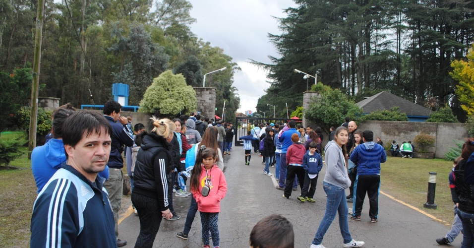 Fãs e curiosos aguardam nos portões do centro de treinamento da Argentina na esperança de verem seus ídolos