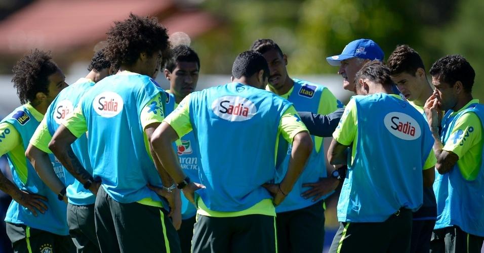 Felipão fala com seus titulares durante o treino: detalhe para Dante, no lugar do poupado Thiago Silva