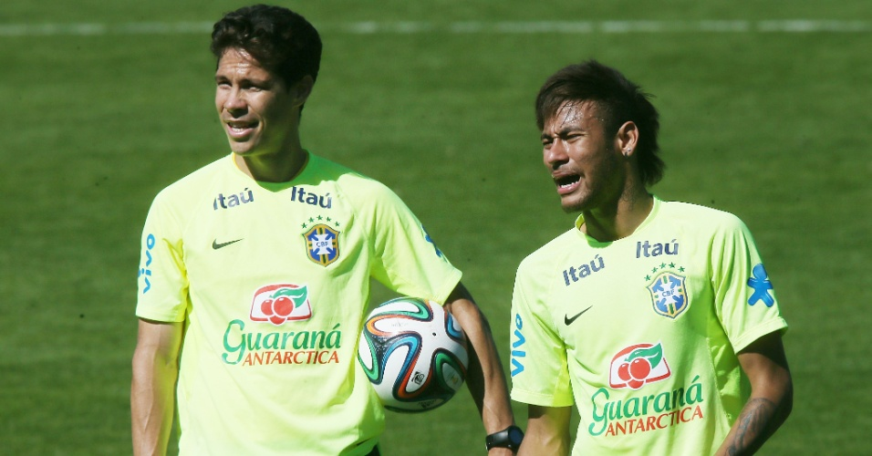 31.mai.2014 - Hernanes e Neymar durante treinamento da seleção brasileira para a Copa do Mundo, na Granja Comary