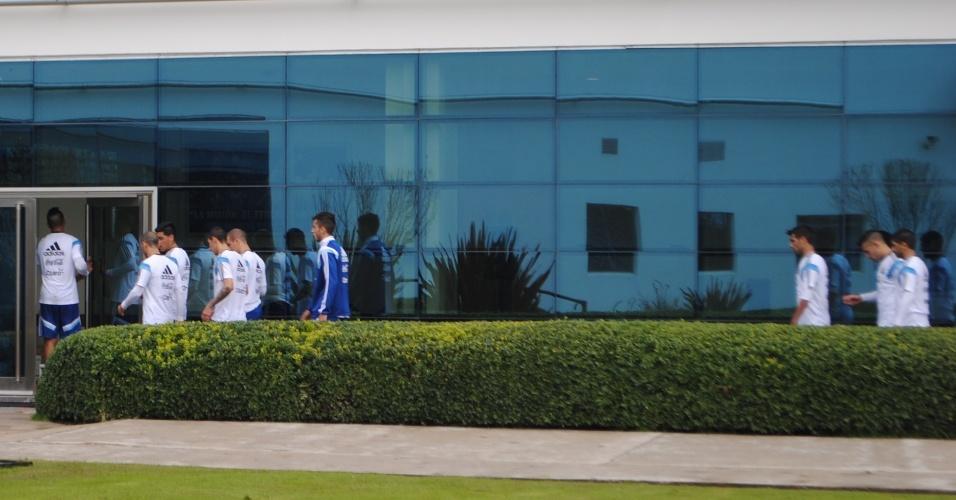 Jogadores da Argentina vão para os alojamentos após fim do treino da manhã em Ezeiza