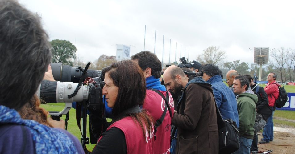 Jornalistas e fotógrafos registram o treino aberto da Argentina