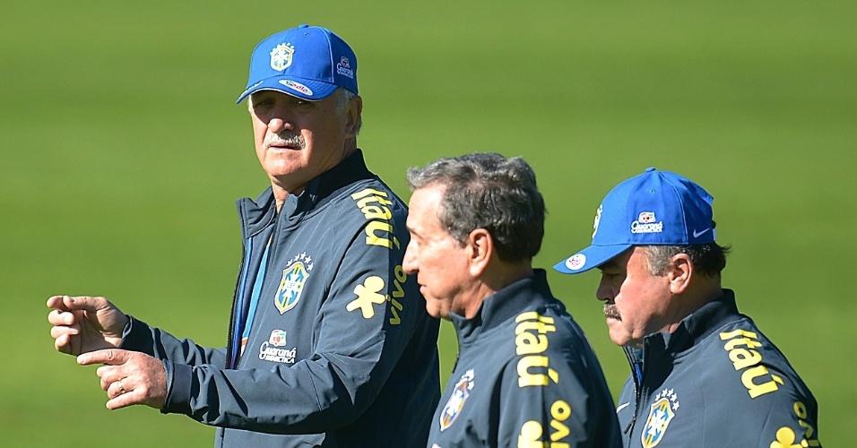 Luiz Felipe Scolari, Carlos Alberto Parreira e Flábio Murtosa caminham antes do início do treino da seleção neste sábado  (31/05/2014)