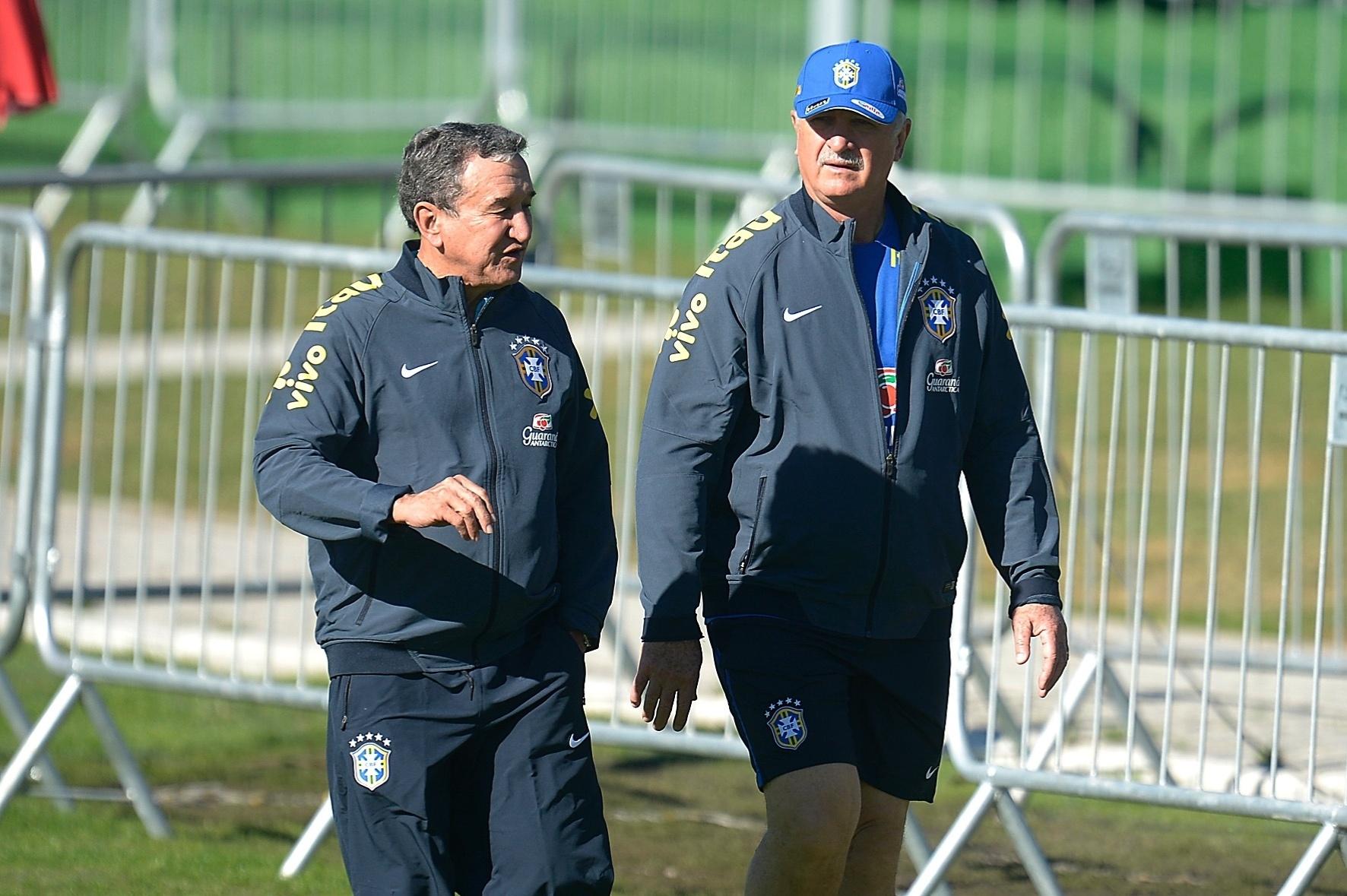 Luiz Felipe Scolari e Carlos Alberto Parreira caminham antes do início do treino da seleção neste sábado (31/05/2014)