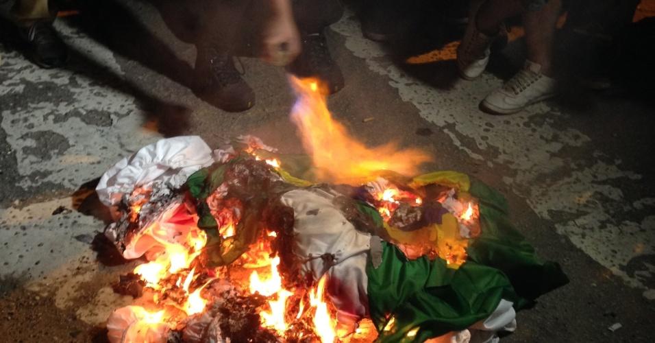 Manifestantes queimam bandeira do Brasil em frente a sede da Federação Paulista de Futebol durante protesto contra a Copa do Mundo realizado em 31 de maio de 2014