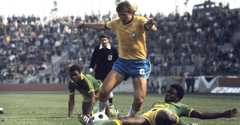 Marinho Chagas em ação na partida da seleção brasileira contra Zaire, na Copa de 1974