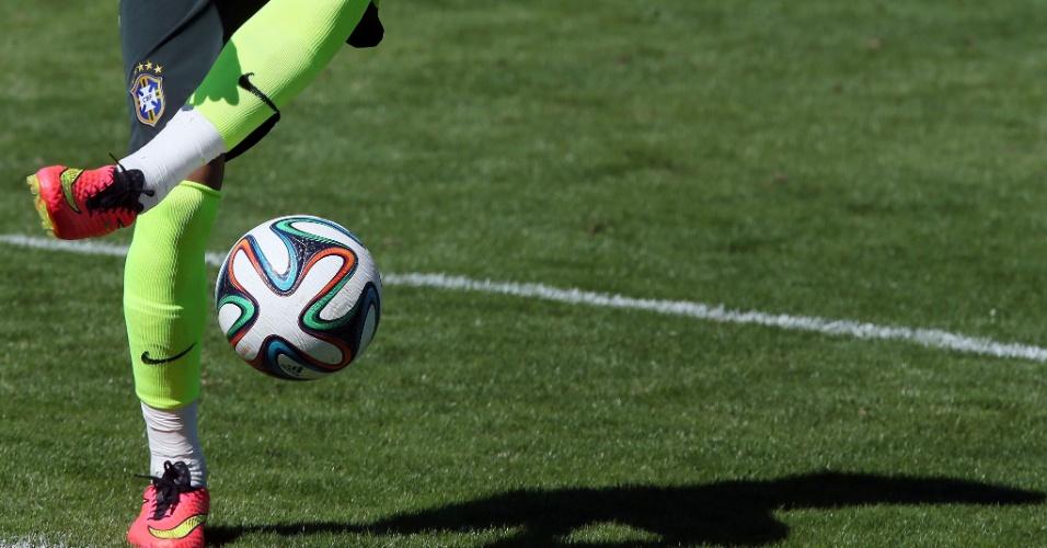 31.mai.2014 - Neymar testa a habilidade com a bola durante o treino