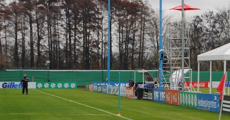 O técnico argentino Alejandro Sabella viu o treino de seus jogadores do alto de uma escada