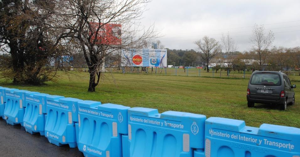 Polícia reforça a segurança no centro de treinamento da Argentina, em Ezeiza, no segundo dia em que foi aberto para a imprensa