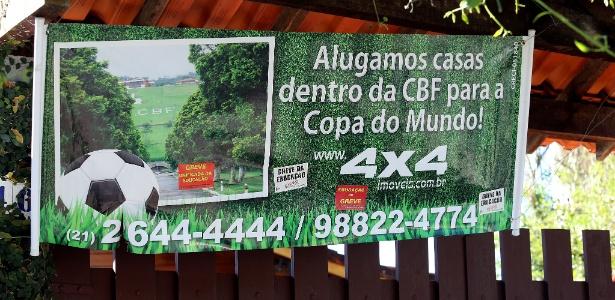 Portão exibe cartaz de casa que foi disponibilizada para aluguel dentro da Granja Comary