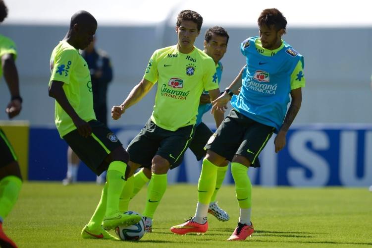 Ramires divide com Neymar, observado por Hernanes