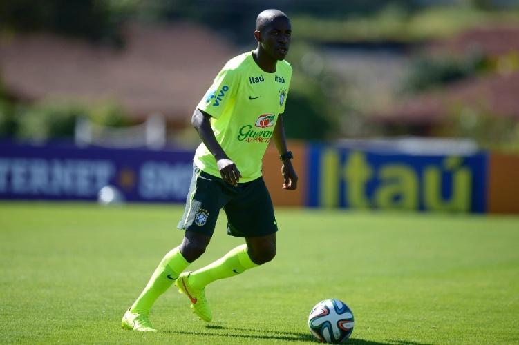 Ramires domina a bola no coletivo do Brasil