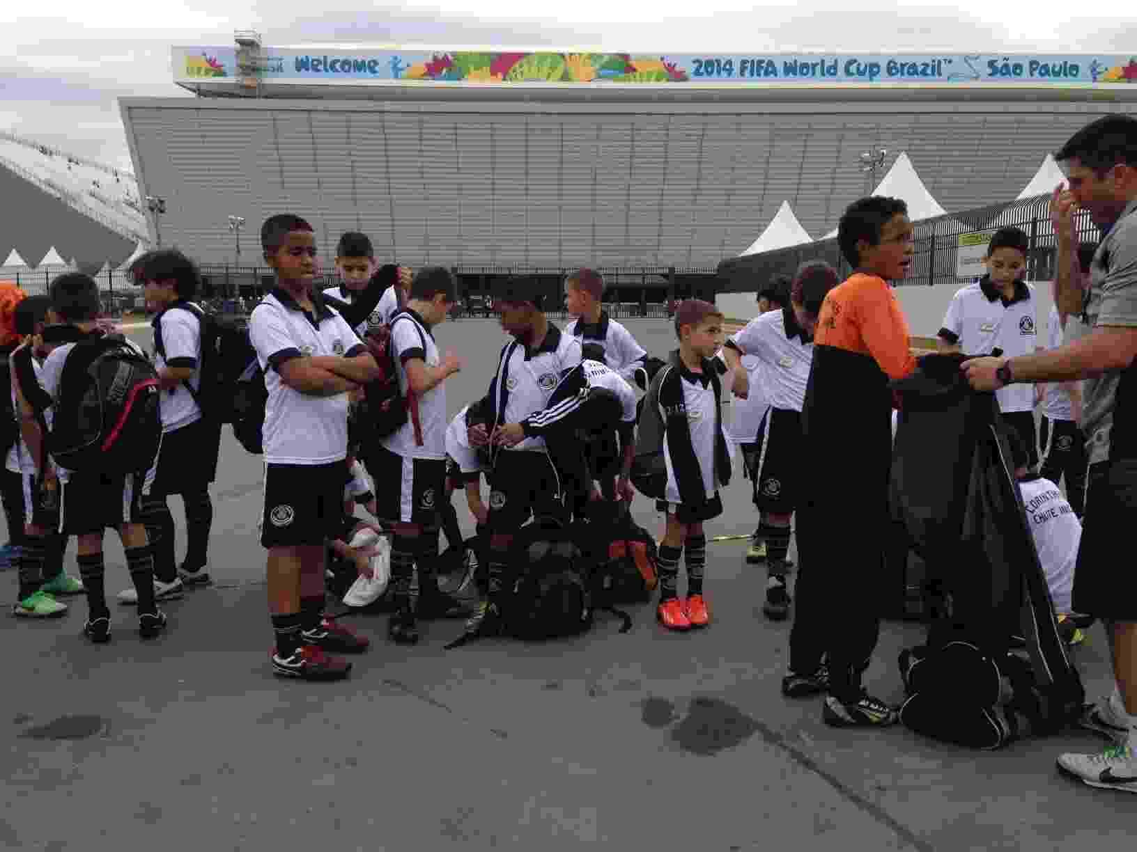 Garotos de escolinha do Corinthians relatam emoção de entrar no ... 4d47b8555676d