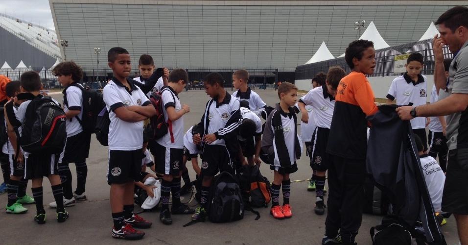 01. jun. 2014 - Garotos de escolinha do Corinthians indo para o Itaquerão